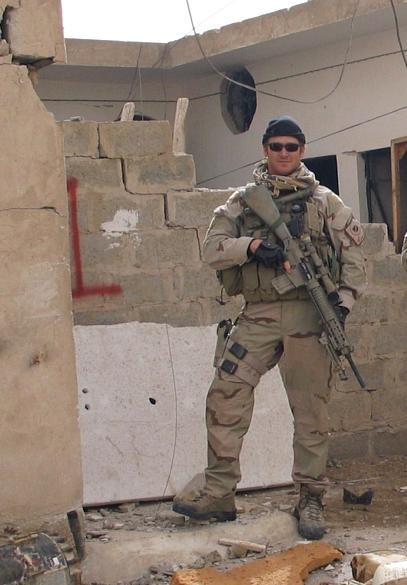 Chris Kyle posa com seu rifle em Fallujah, Iraque