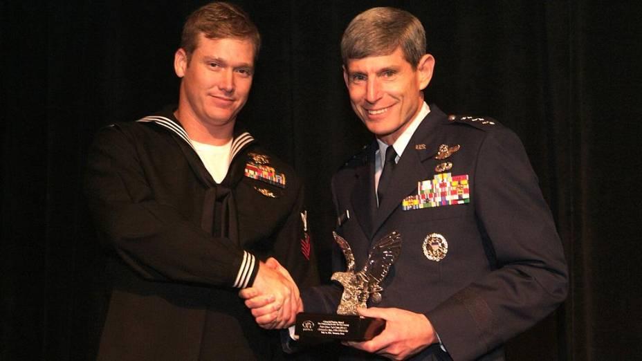 Chris Kyle recebendo um dos muitos prêmios por bravura em sua carreira