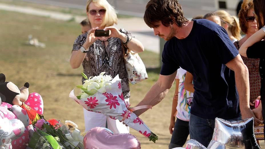 Christian Bale, protagonista de filme Batman, coloca flores em memorial às vítimas do atirador de Aurora, no Colorado
