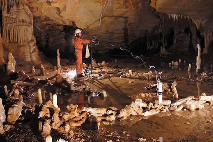 ciencia-arqueologia-parede-estalagmites-caverna-sudoeste-franca-20160526-01