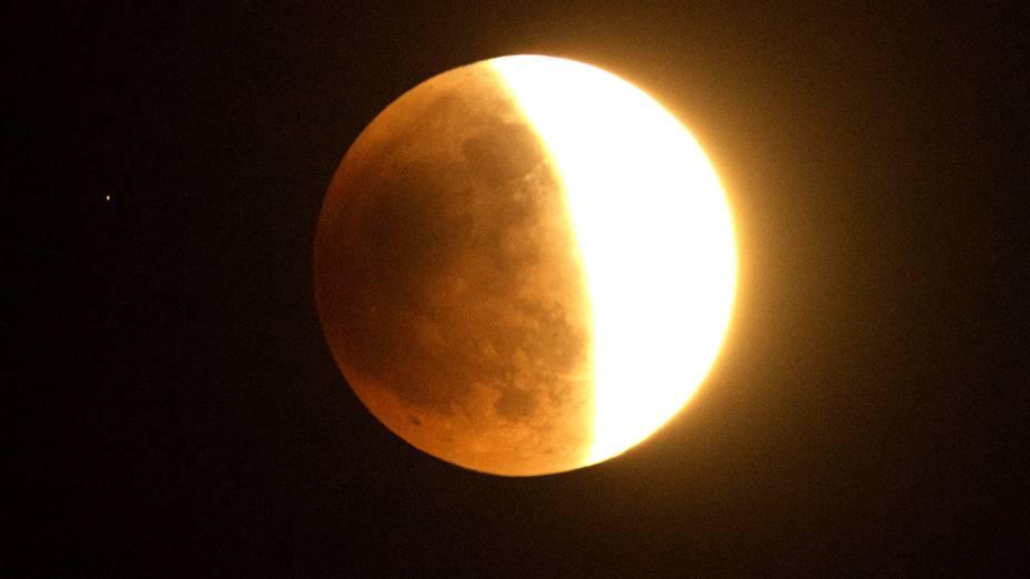 <p>Eclipse lunar visto sobre o sul da Califórnia, nos Estados Unidos</p>