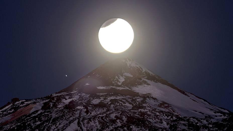 <p>Início do eclipse lunar em Tenerife na Espanha, fotografado pouco antes do amanhecer próximo ao observatório de Izaña</p>