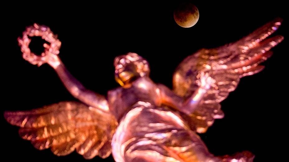<p>Eclipse lunar visto do Monumento da Independência na Cidade do México</p>