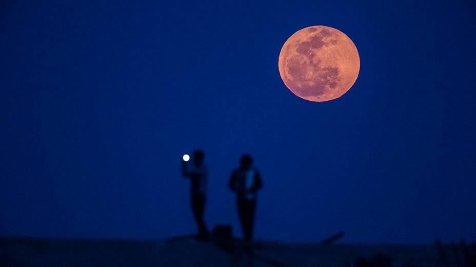 <p>Lua de sangue vista ao amanhecer em Xangai, na China</p>