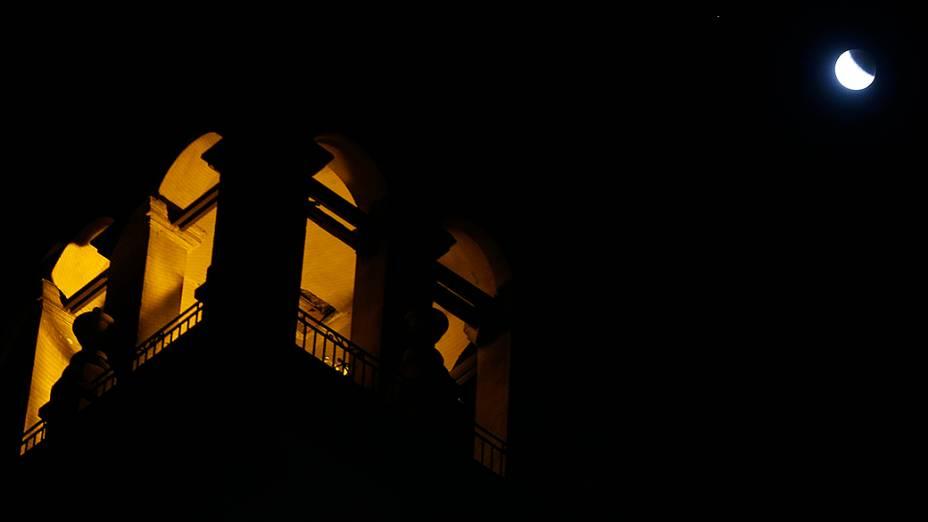 <p>Eclipse lunar visto sobre a cidade de Buenos Aires, na Argentina</p>
