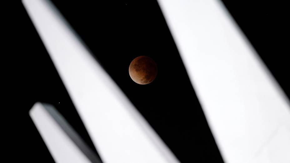 <p>Eclipse lunar visto a partir da catedral de Brasília na madrugada desta terça-feira (15)</p>
