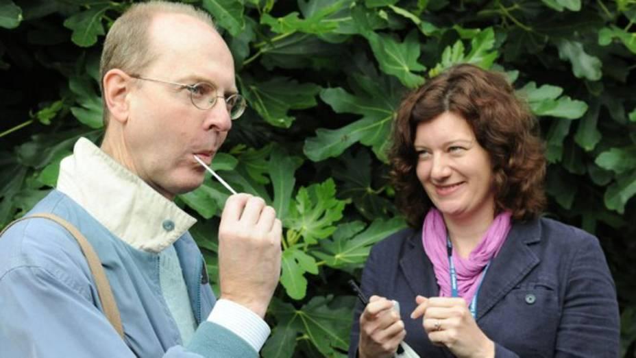 <p>Michael Ibsen, descendente canadense do monarca, teve de coletar saliva para realizar testes de DNA</p>
