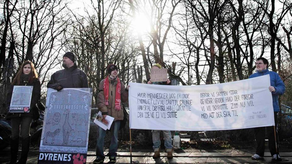 <p>Ativistas protestam em frente ao zoológico de Copenhague contra a morte da girafa Marius, na Dinamarca</p>