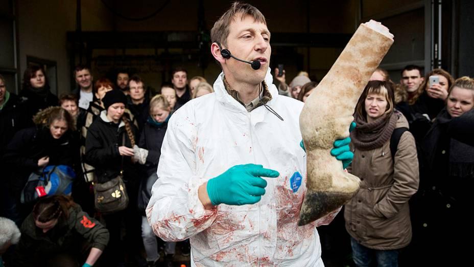 <p>Veterinários explicaram o procedimento para a plateia no zoológico</p>