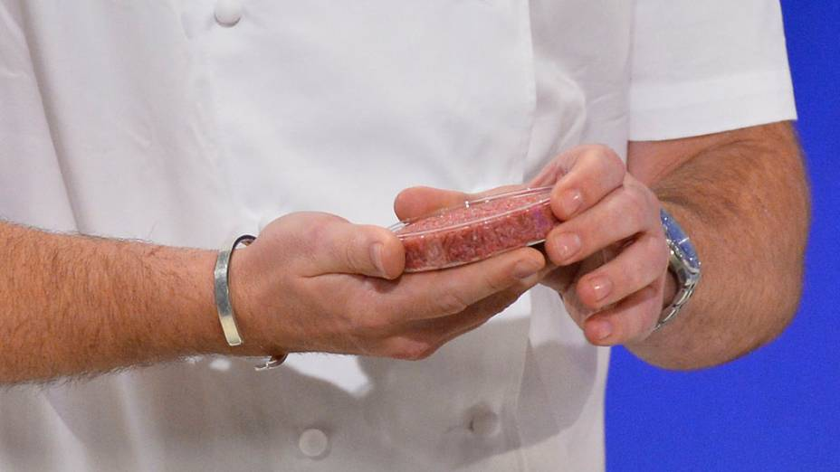 Chef Rich McGeown se prepara para cozinhar primeiro hambúrguer de carne cultivada em laboratório do mundo, durante um evento de lançamento, no oeste de Londres, Inglaterra