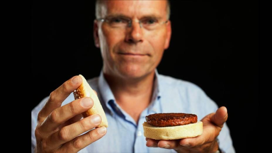 Professor Mark Post segura o primeiro hambúrguer de carne cultivada em laboratório do mundo, durante um evento de lançamento, em Londres, Inglaterra
