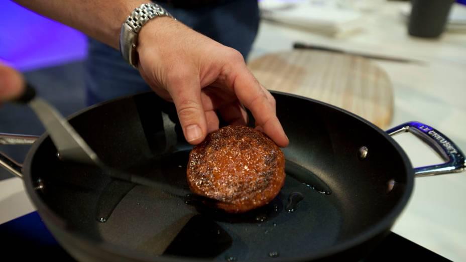 Chef Rich McGeown prepara primeiro hambúrguer de carne cultivada em laboratório do mundo, durante um evento de lançamento, no oeste de Londres, Inglaterra