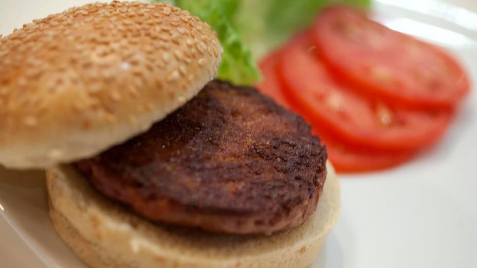 Primeiro hambúrguer de carne cultivada em laboratório do mundo, é lançamento em um evento, no oeste de Londres, Inglaterra