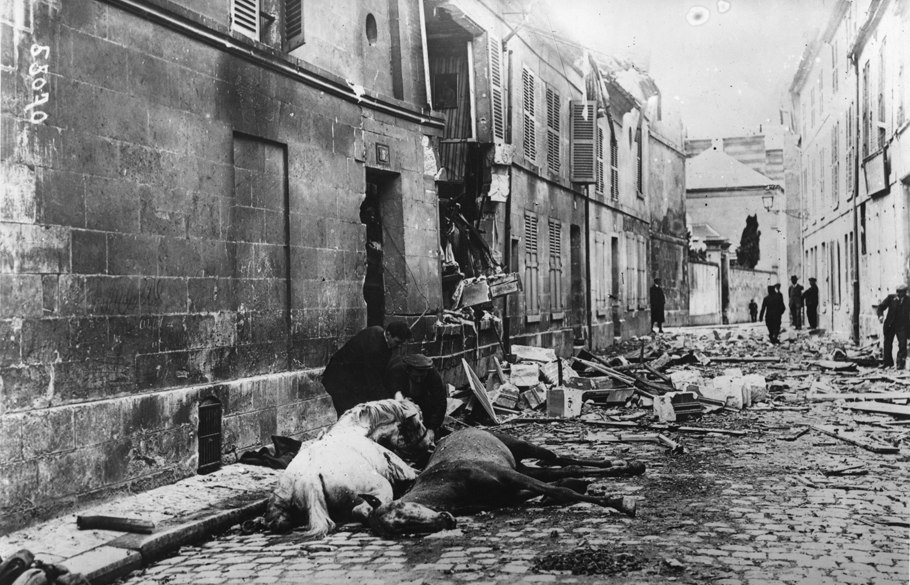 Homem tira as rédeas de um cavalo ferido em uma batalha na I Guerra Mundial, na França