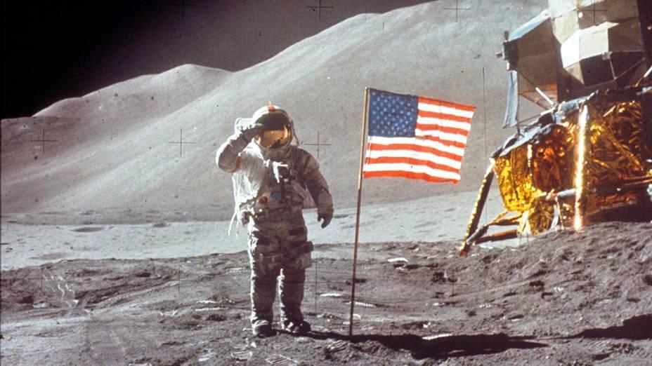 <p>O astronauta David Scott posa ao lada da bandeira do Estados Unidos durante a missão Apollo 15 na Lua, em 1971</p>