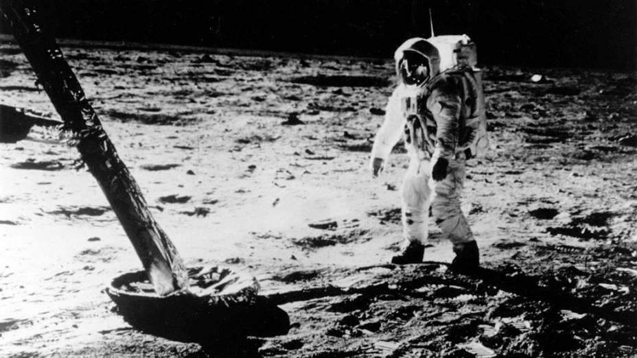 <p>O astronauta Buzz Aldrin caminha na superfícia da Lua durante a missão Apollo 11, em 1969</p>