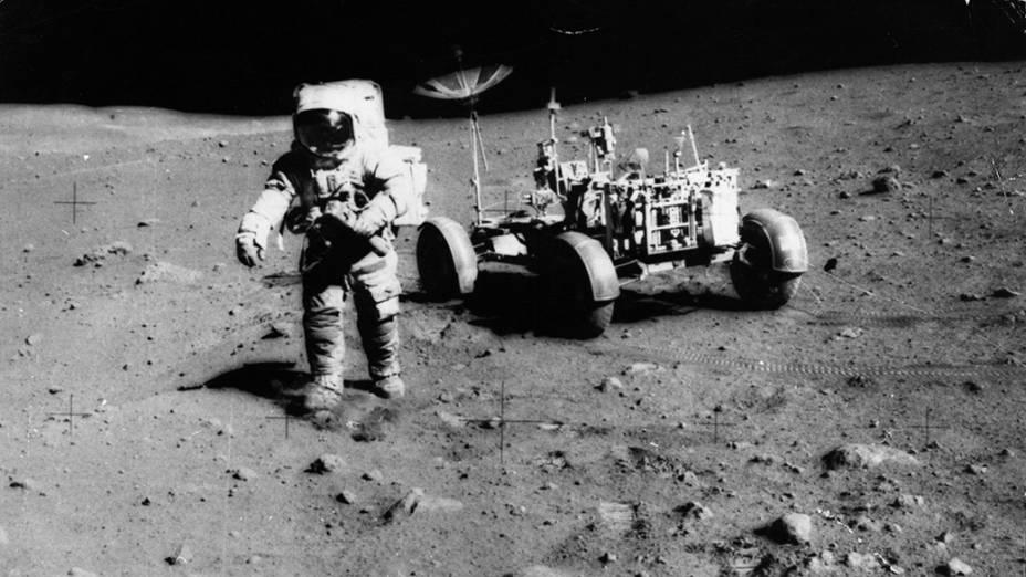 <p>O astronauta James Irwin durante a missão Apollo 15, em 1971</p>