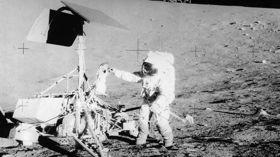 <p>Missão Apollo 12 na Lua, em 1969</p>