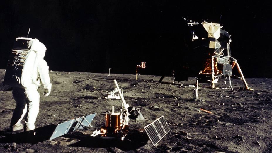 <p>Astronautas durante a missão Apollo 11 na Lua, em 1969</p>