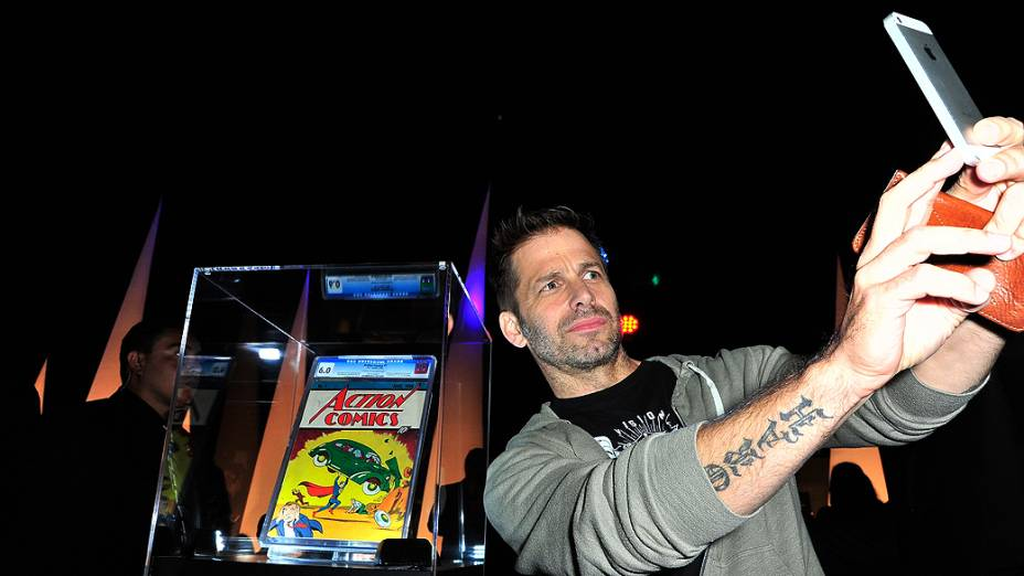 Selfie do diretor Zack Snyder em frente à revista Action Comics #1 na San Diego Comic-Con, no Hard Rock Hotel