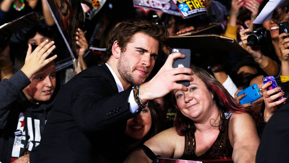 Selfie de Liam Hemsworth com fã na estréia do filme Jogos Vorazes: Em Chamas, em Los Angeles, Califórnia
