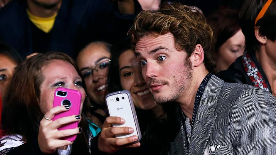 Selfie de Sam Claflin com fãs na estréia do filme Jogos Vorazes: Em Chamas, em Los Angeles, Califórnia