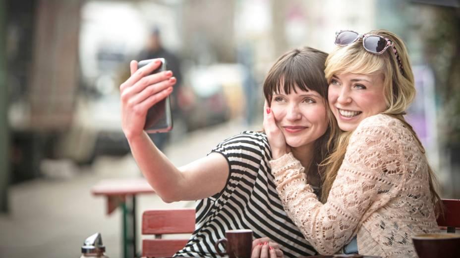 Selfie de amigas em um iPhone, da Apple