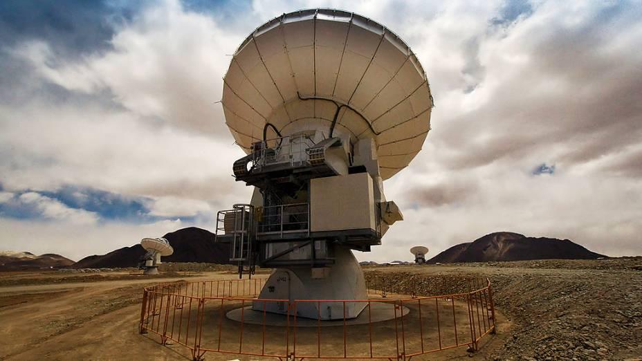 <p>A construção da rede de telescópios começou em 2003. A imagem mostra as três primeiras antenas construídas no local</p>