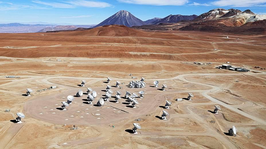 <p> O ALMA é formado por 66 antenas. As maiores medem 12 metros de diâmetro e as menores, sete metros</p>