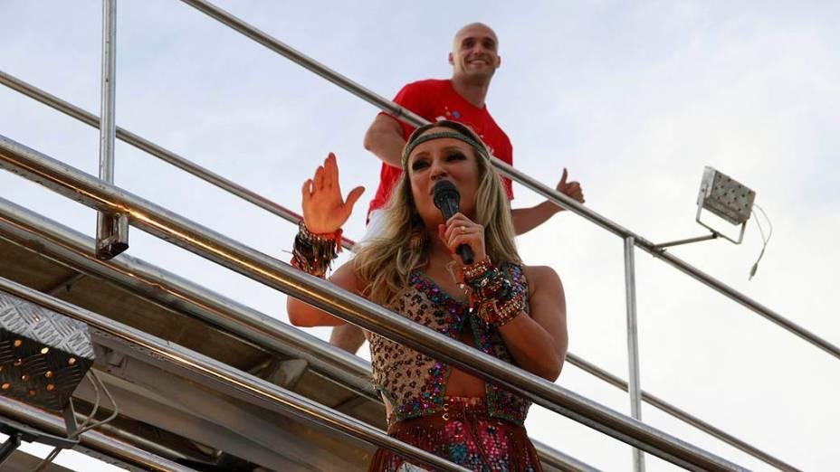 Claudia Leitte começa o show no Farol da Barra, em Salvador