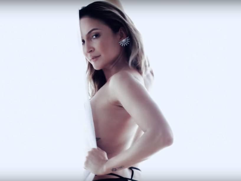 Claudia Leitte no clipe da canção Corazón