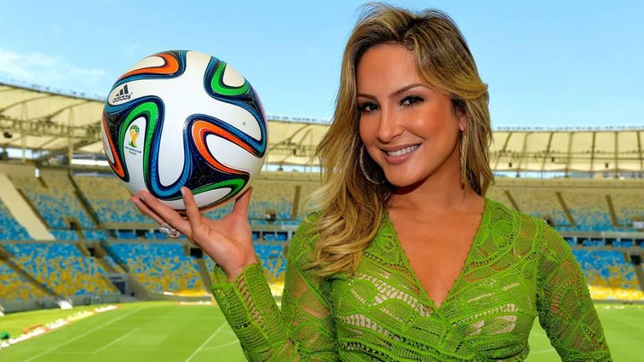 Claudia Leitte com a bola da Copa no Maracanã: parceria com Pitbull e J-Lo