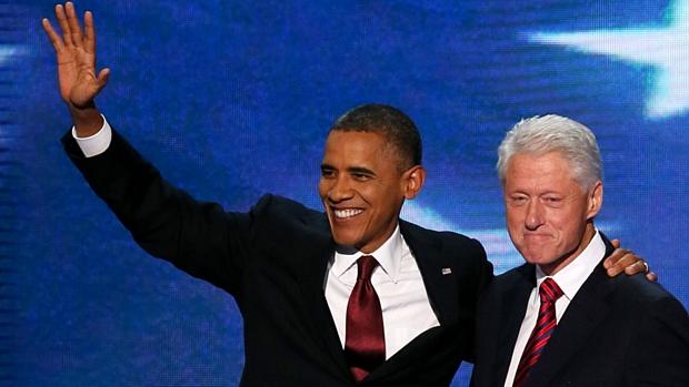 Obama abraça Clinton após o discurso do ex-presidente na convenção democrata