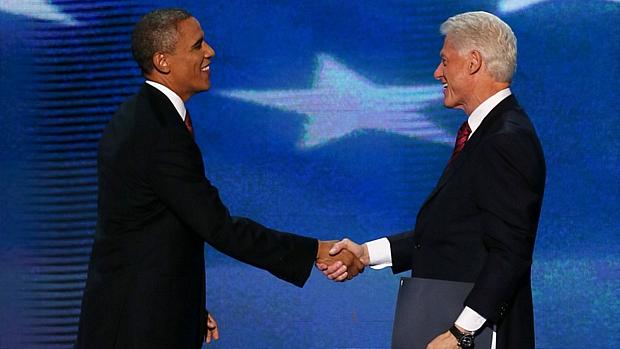 O atual presidente dos EUA, Barack Obama, apareceu de surpresa para cumprimentar o ex-governante, Bill Clinton