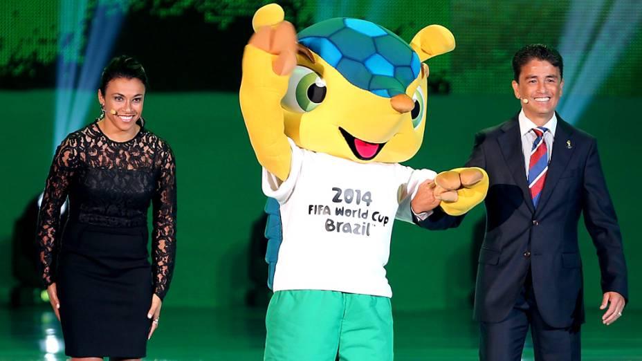 Marta e Bebeto apresentam o mascote Fuleco na cerimônia do sorteio dos grupos da Copa de 2014
