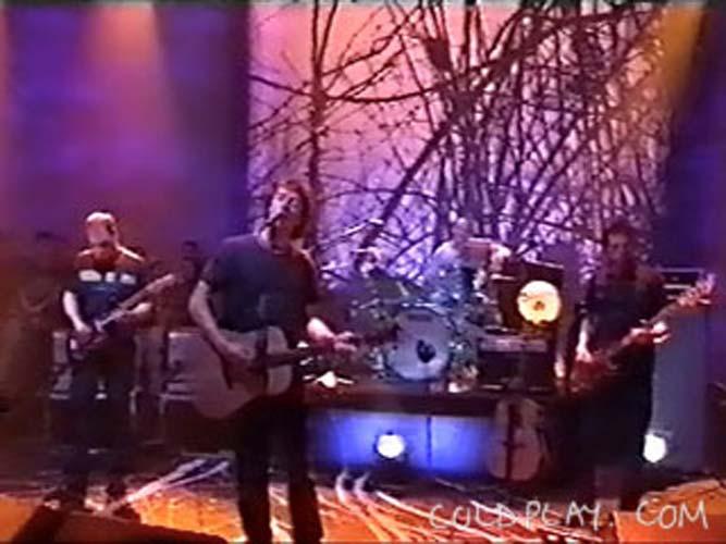 Foto tirada em um dos primeiros shows da banda na televisão, em 2000.