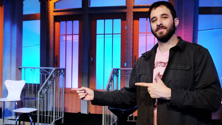 Rafinha Bastos apresenta cenário do programa <em>Saturday Night Live</em>, na RedeTV!