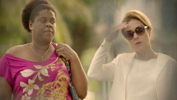 Com ajuda de Zezé (Cacau Protásio), Carminha (Adriana Esteves) se faz passar por psiquiatra e foge da clínica de repouso