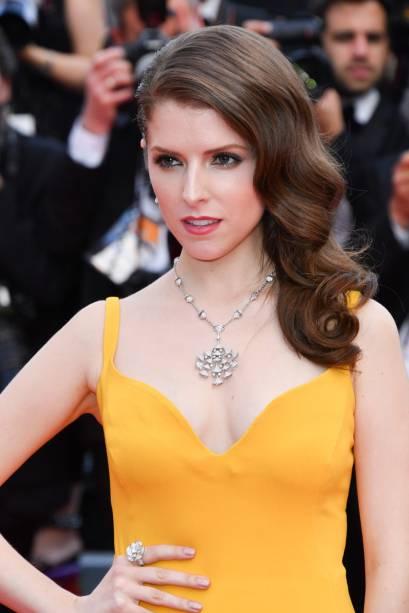 Com vestido Stella McCartney, Anna Kendrick apostou em acessórios chamativos e brilhantes. Destaque para o colar que acompanha o recorte do decote<br><br>