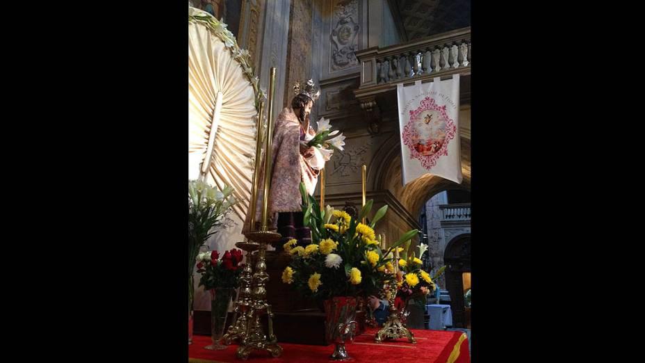 Imagem de São José dentro da Basília São José de Flores, onde Bergoglio descobriu sua vocação para ser sacerdote