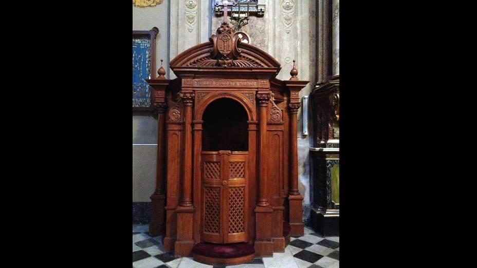 Confessionário onde Bergoglio confessava em sua juventude, na Basília São José de Flores, em Buenos Aires