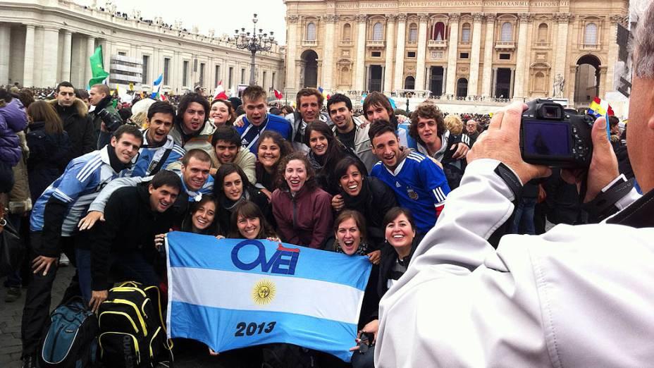 Argentinos acompanham primeiro angelus do papa Francisco na Praça de São Pedro, no Vaticano
