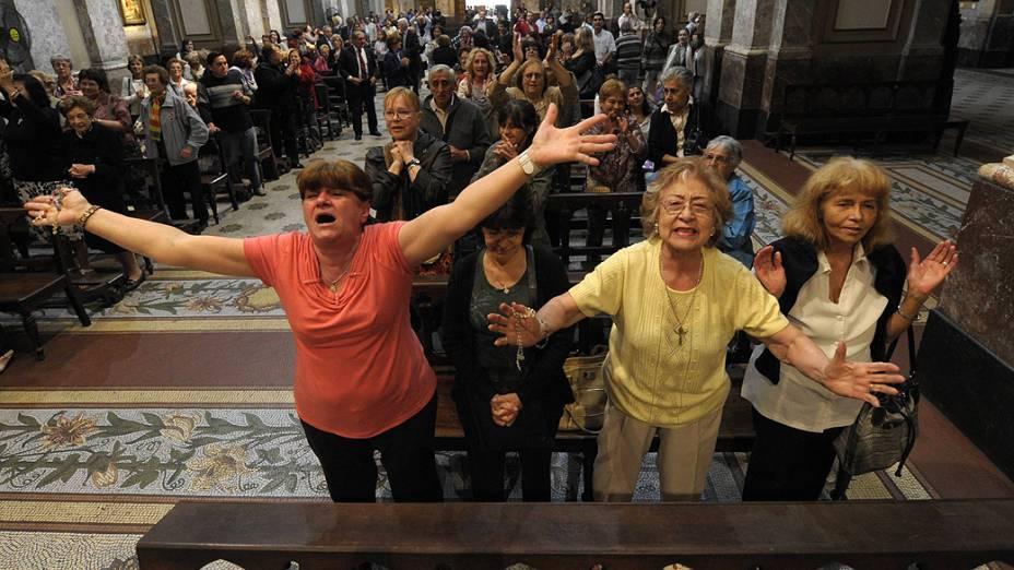 Fiéis comemoram a escolha do papa argentino Francisco na Catedral de Buenos Aires nesta quarta-feira (13)