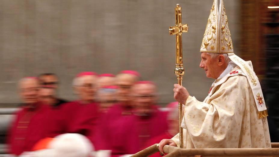Papa Bento XVI chega a basílica de São Pedro, no Vaticano, para missa de Natal - 25/12/2011