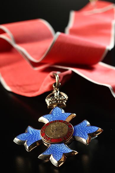 Objetos do acervo pessoal de Pelé no livro As joias do rei, de Celso de Campos Jr. Na imagem, comenda entregue pela rainha da Inglaterra ao jogador