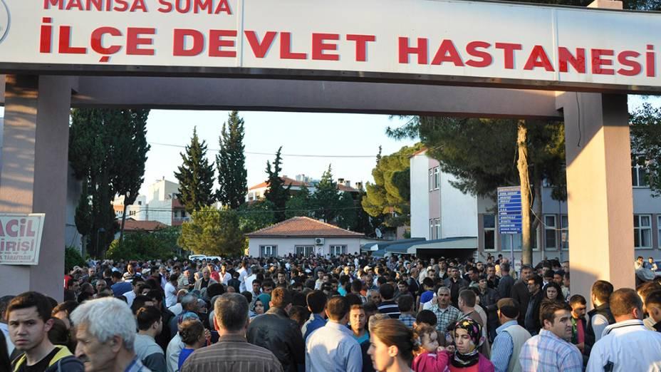 Dezenas de parentes dos trabalhadores soterradas em uma mina aguardam por notícias em frente ao hospital