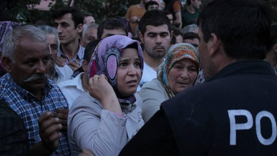 Famílias aguardam por notícias em frente ao hospital da cidade