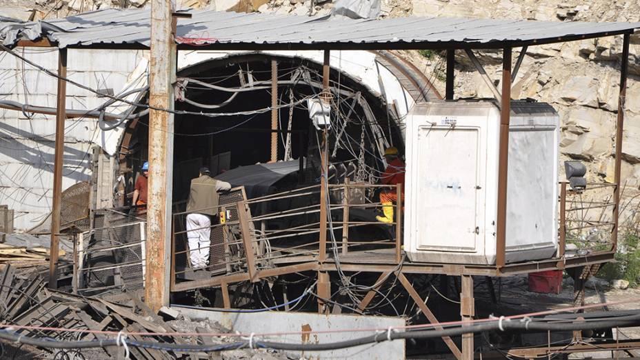 Mineiros aguardam por notícias de seus colegas depois da explosão