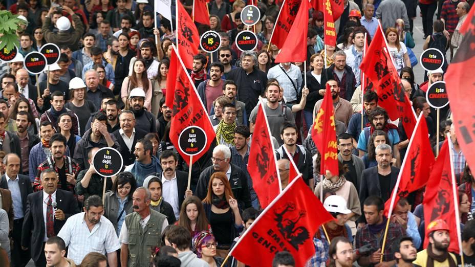 Em Encara, centenas de pessoas participaram de uma manifestação em prol às vítimas da explosão seguida por incêndiode uma Mina na província de Soma, oeste da Turquia