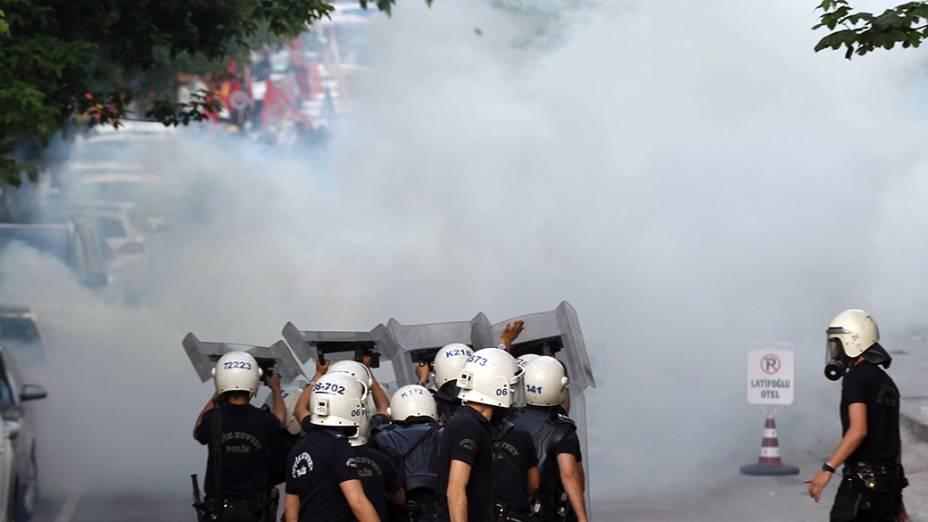 Em Encara, centenas de pessoas participaram de uma manifestação em prol às vítimas da explosão seguida porincêndiode uma Mina na província de Soma, oeste da Turquia